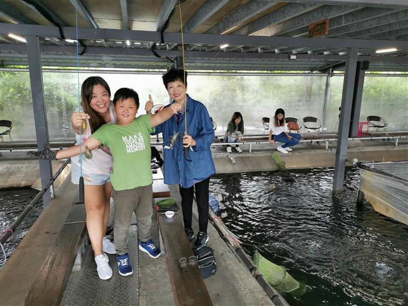 ▲暑假親子旅遊活動推薦-頭城釣蝦體驗。(圖/Tripbaa趣吧!達人帶路)