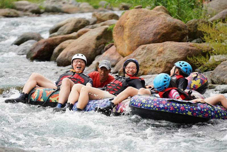 ▲暑假親子旅遊活動推薦-野溪漂漂河。(圖/Tripbaa趣吧!亞洲自由行專家)