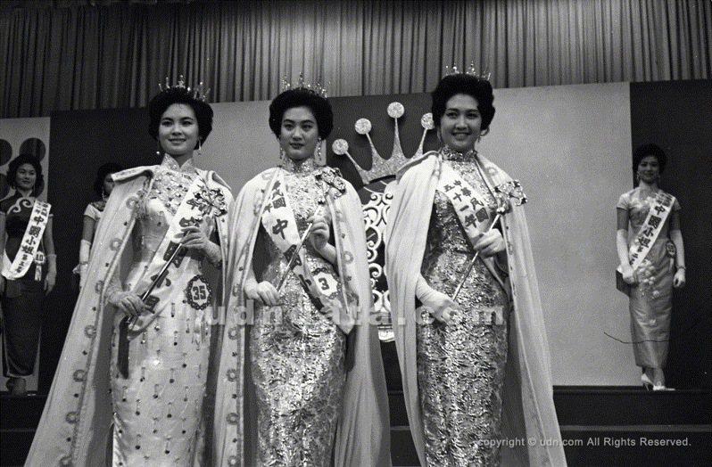 第三屆三位中國小姐加冕後合影,(左起)劉秀嫚、江樂舜、方瑀。 (《聯合報》1962.5.27(圖/聯合報系新聞資料庫照片)