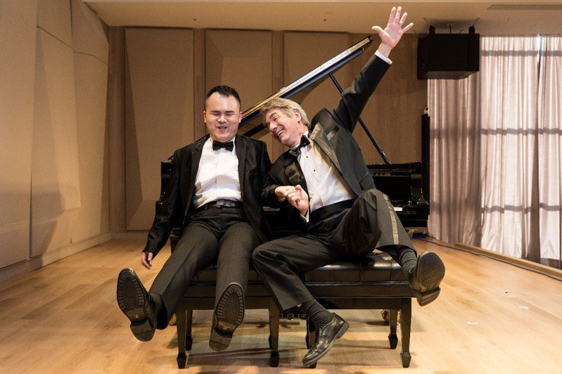 許哲誠(左)與范德騰(右)將於「聲聲不息」雙鋼琴說唱音樂會中,演出音樂雙簧表演。 圖/聯合數位文創提供