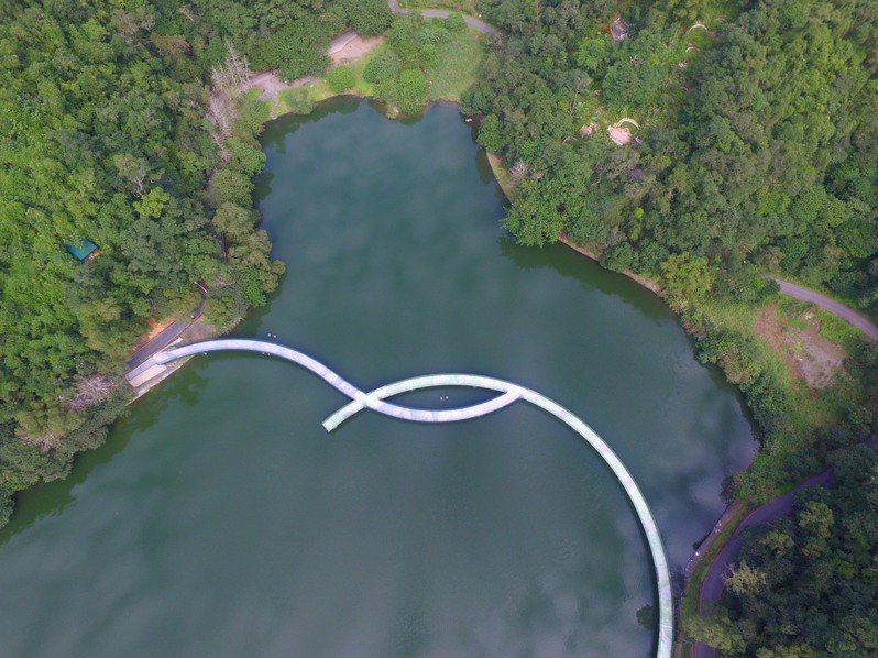 今年最新完工的「跨湖棧道」,又被稱為「新月橋」,似龍般捲出彎形,又似「法眼」。圖/龍潭社區發展協會提供
