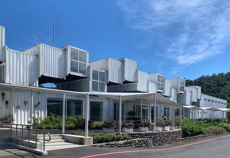 龍潭湖畔的76個純白色貨櫃屋,其實是台塑集團在宜蘭的新觀光工廠。圖/台塑集團提供