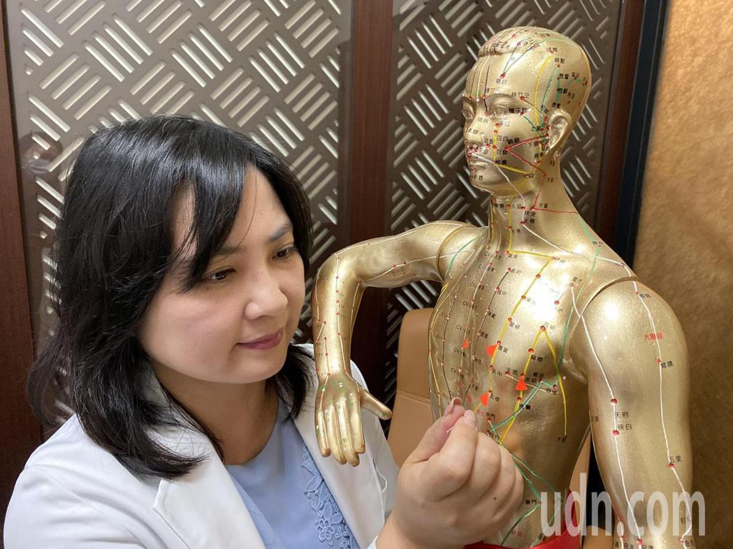 中醫師蔡惠君說,40歲楊姓女業務因激烈節食腸胃受損、停經、大小奶,經中藥、針灸調...