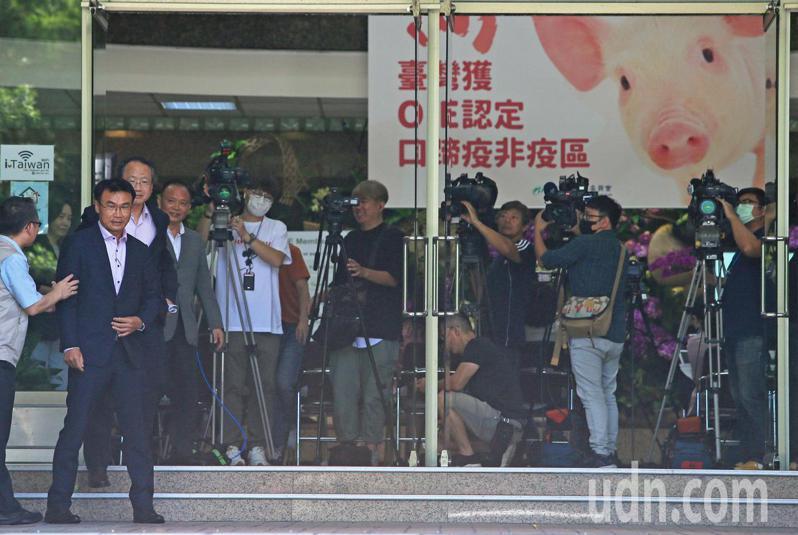 台灣從口蹄疫疫區除名後,農委會主委陳吉仲(左二)今天大動作舉行記者會宣布,接下來會提升台灣養豬產業,重返國際市場。記者潘俊宏/攝影