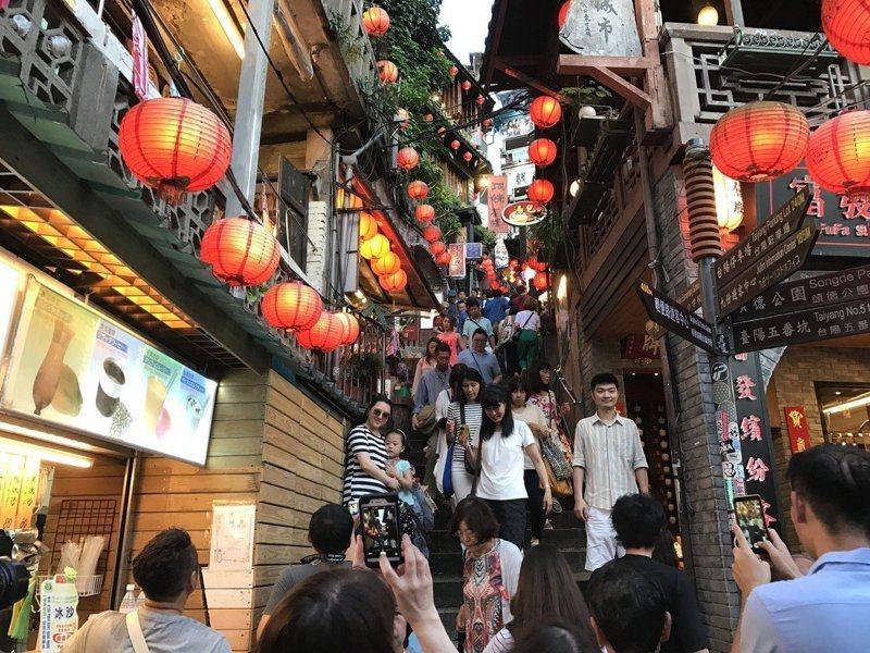 近來國內「報復性旅遊」讓花東、中南部及離島住房率一房難求,但北台灣都會區旅宿業卻一片慘澹,圖為國內外觀光客熱愛的北部景點九份。 圖/聯合報系資料照片