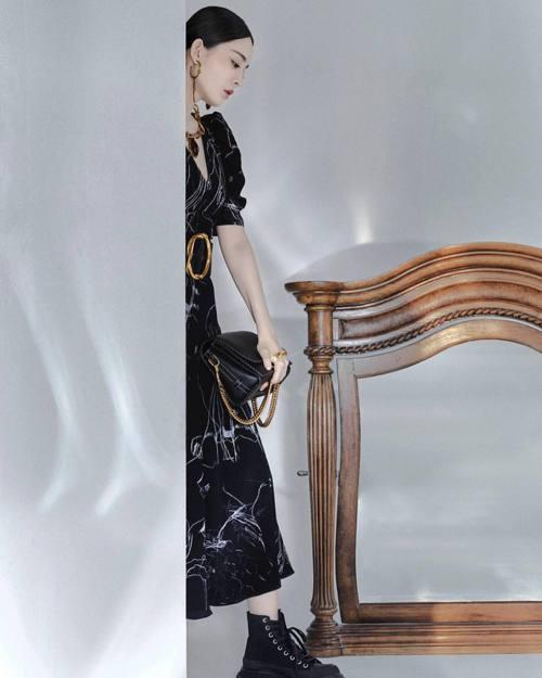古力娜扎演繹春夏Story肩背包,拍出黑色包款的簡約氣場。圖/取自微博