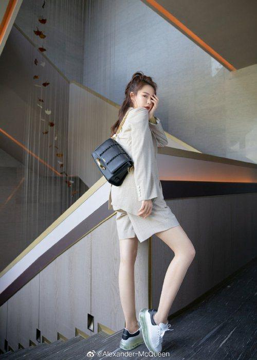 大陸女星戚薇搭襯春夏黑色款Story肩背包。圖/取自微博