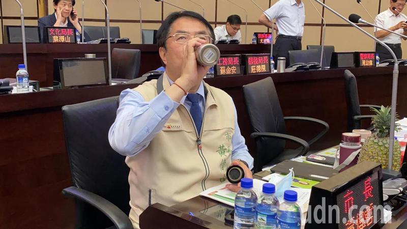 台南市長黃偉哲今天感冒,聲音沙啞,到議會備詢。記者鄭維真/攝影