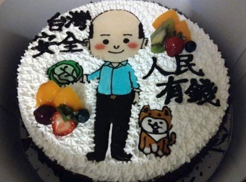 今天是韓國瑜63歲生日,有網友在韓臉書貼出一張蛋糕照片,上面是Q版韓國瑜與他的小柴犬,旁邊寫著他競選2020年總統大選時的口號「台灣安全,人民有錢」。圖/翻攝自韓國瑜臉書粉絲專頁