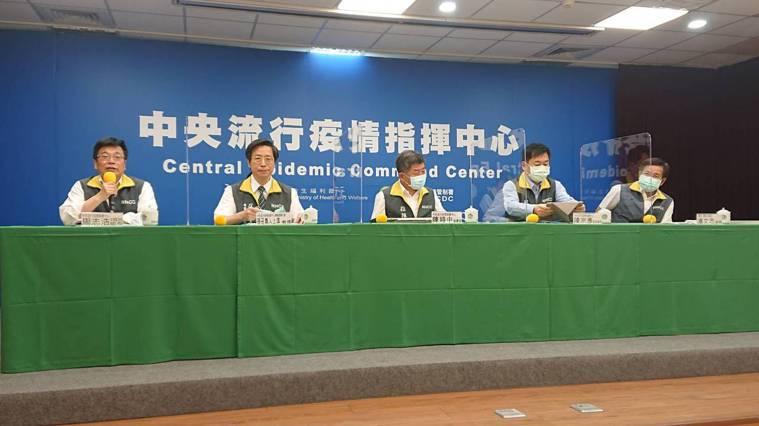 中央流行疫情指揮中心6月17日記者會出席名單由左到右第一排為中央流行疫情指揮中心...