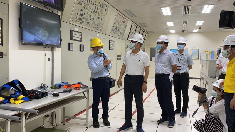 新北市長侯友宜無預警突襲檢查八里焚化廠。圖/新北市環保局提供