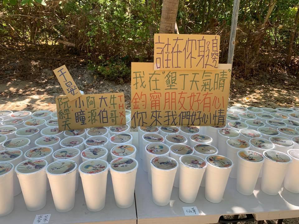 阮經天探班還送上100杯飲料。圖/摘自臉書