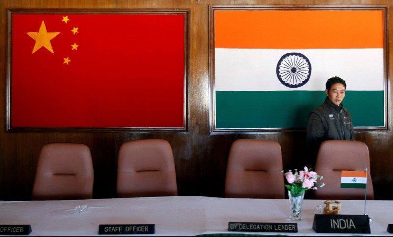 印中邊界衝突,曾有雙方軍方高層會談的會議室,現在只剩印中兩國國旗。 路透