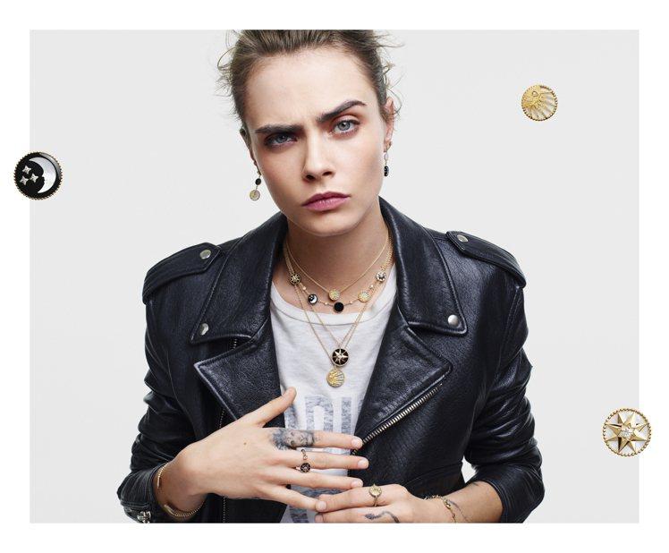 超模卡拉迪樂芬妮搞怪表情演繹DIOR最新羅盤玫瑰珠寶系列,展現配戴珠寶的樂趣。圖...