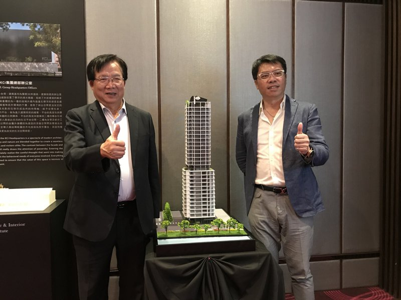 左為京城建設總經理陳添進、右為建築師羅耕甫。 記者游智文/攝影