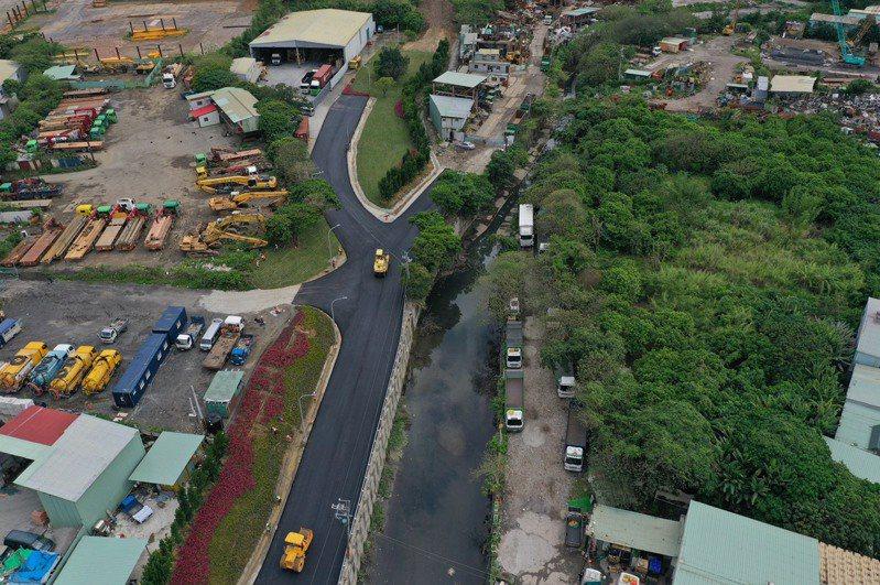 市府推動五股垃圾山改善計畫後,逐步拆除工廠,復植植栽進行綠美化。圖/新北市城鄉局提供