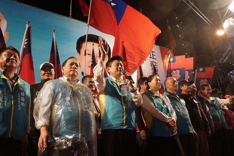 傅崐萁去年11月27日成立立委競選總部,何禮臺(右起)、吳東昇為他站台。圖/報系資料照片