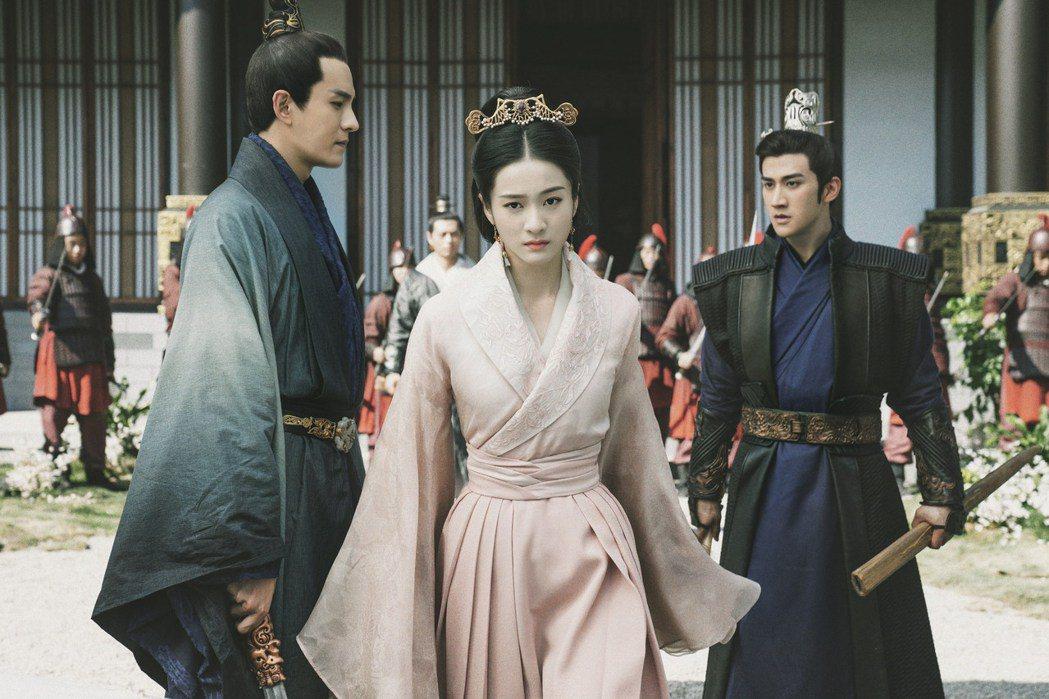 在「白髮皇妃」中,經超(左)與李治廷都深愛張雪迎(中)。圖/緯來戲劇台提供