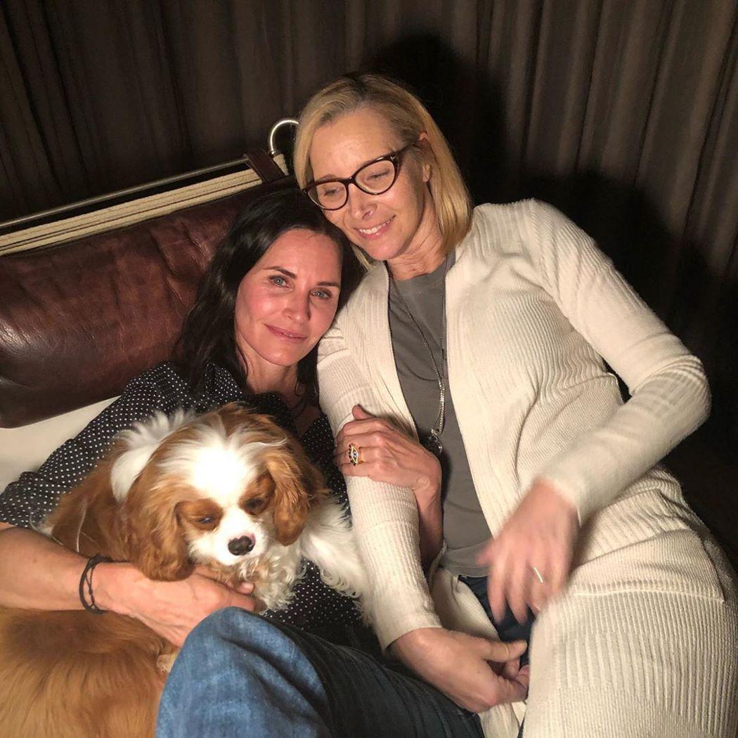 麗莎庫卓(右)發布與寇特妮考絲及她愛犬合照,祝她生日快樂。圖/摘自Instagr