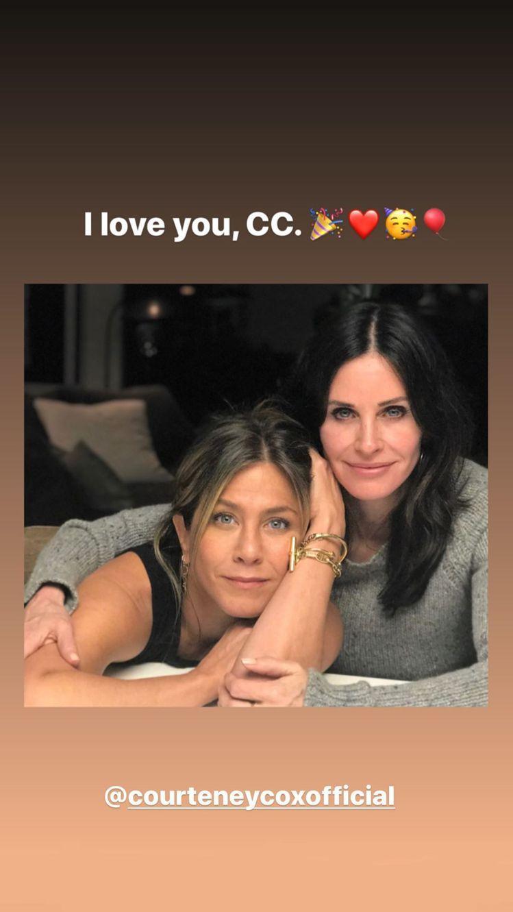 珍妮佛安妮絲頓(左)在社群網站上為寇特妮考絲慶生。圖/摘自Instagram