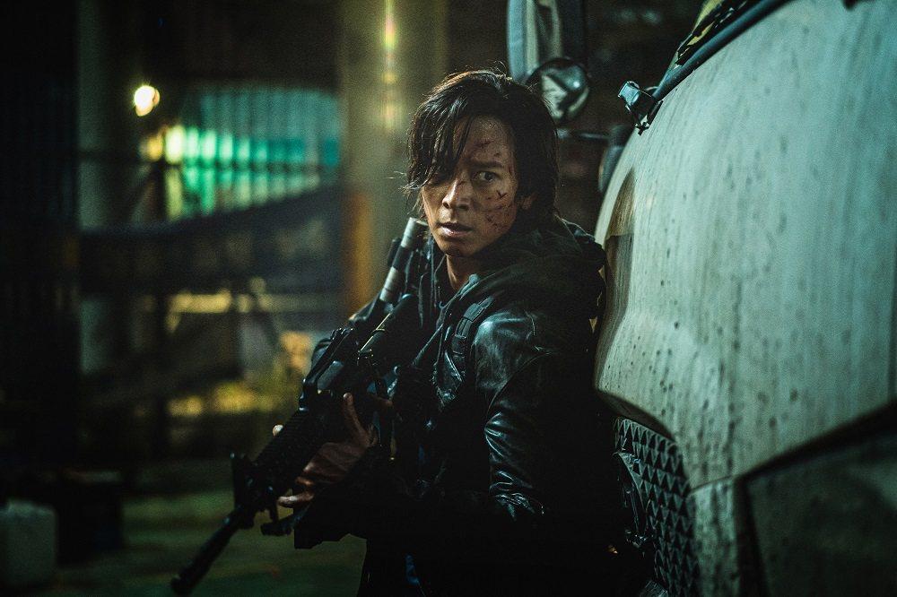 姜棟元「屍速列車:感染半島」片場撿到槍,嚇壞工作人員?!圖/車庫娛樂提供
