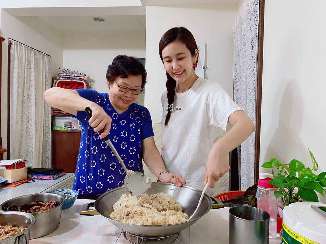 黃心娣(右)和舅媽學包粽子。圖/周子提供