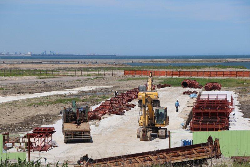 台北港正推動物流倉儲區填海造陸計畫,地方擔心以轉爐石填海造陸會汙染海洋。記者吳亮賢/攝影