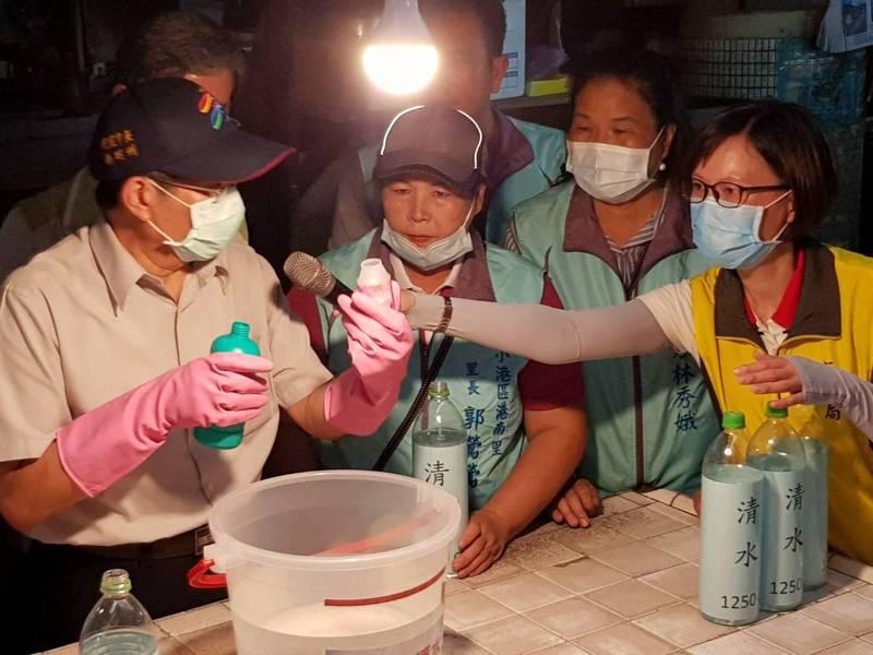 高雄市代理市長楊明州昨到小港區視察登革熱防疫,他戴上手套調配消毒水。記者邱奕能/攝影