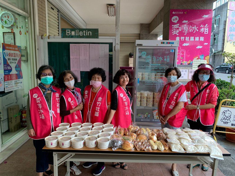 羅姓志工在金竹社區推動成立愛享冰箱據點,至今已滿1年,獲得許多回響。圖/新竹市政府提供
