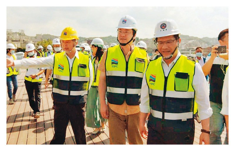 基隆輕軌台北端爭議,交通部長林佳龍(右)表示,希望銜接到南港車站。記者游明煌/攝影