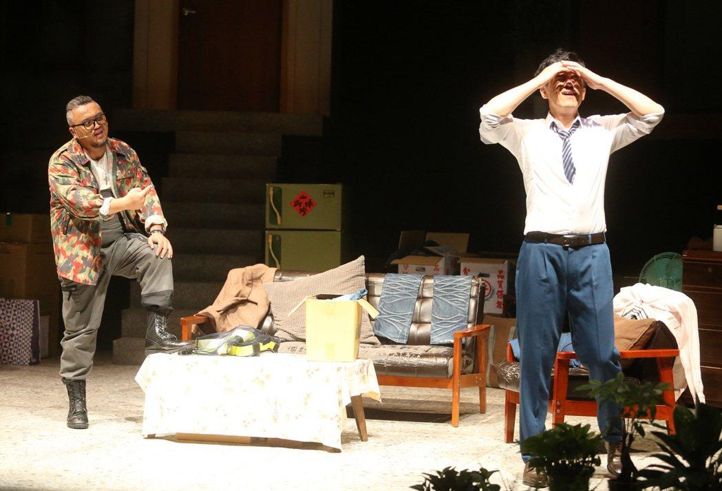 全民大劇團「倒垃圾」彩排,演員凱爾(右)、王鏡冠(左)。記者胡經周/攝影