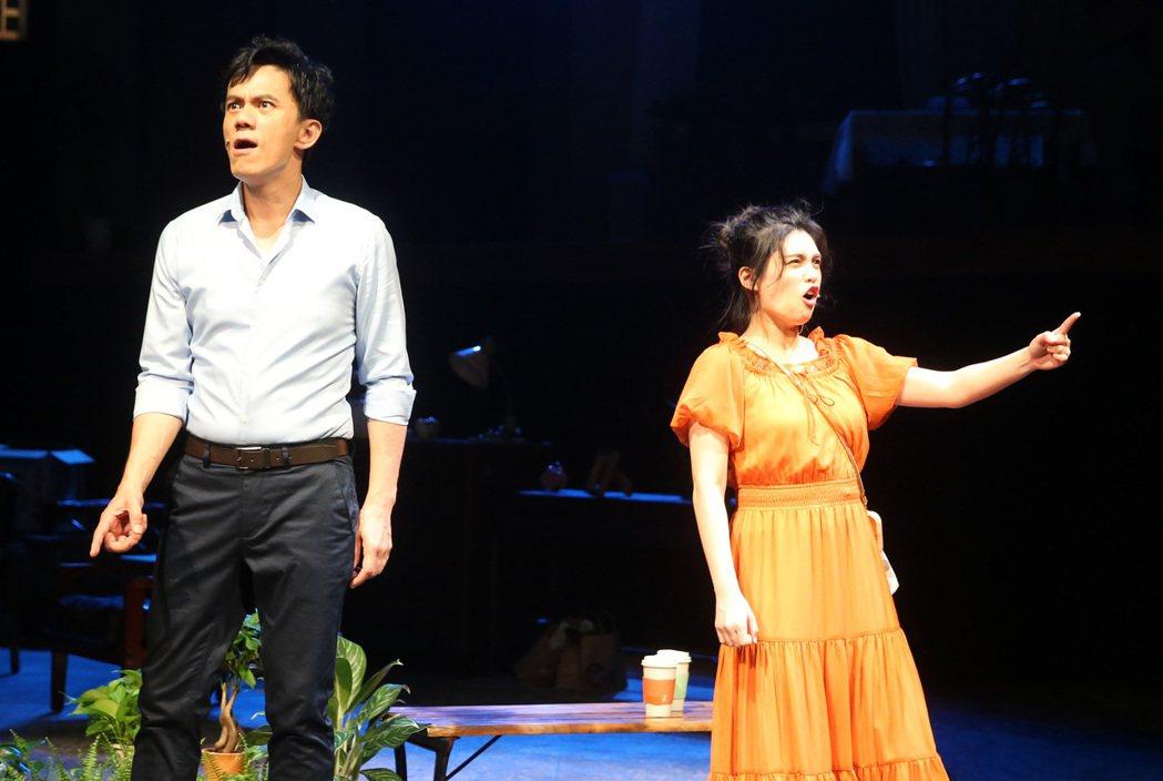 全民大劇團「倒垃圾」彩排,演員凱爾(左)、夏宇童(右)。記者胡經周/攝影