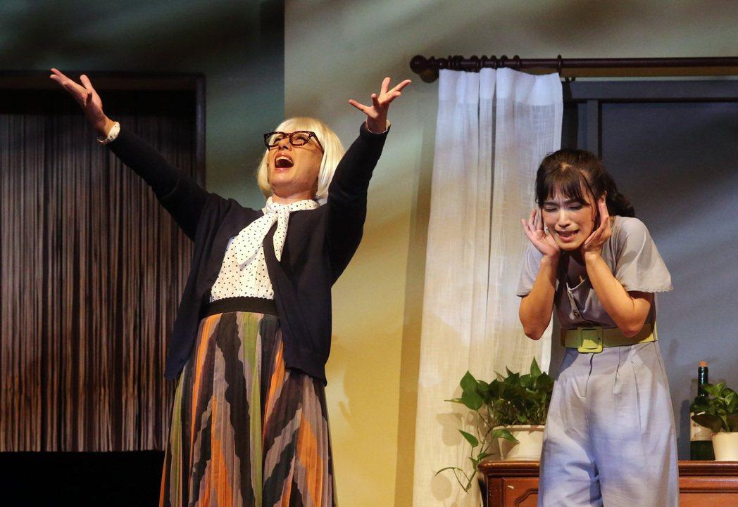 全民大劇團「倒垃圾」彩排,演員高慧君(左)、賴盈螢(右)。記者胡經周/攝影
