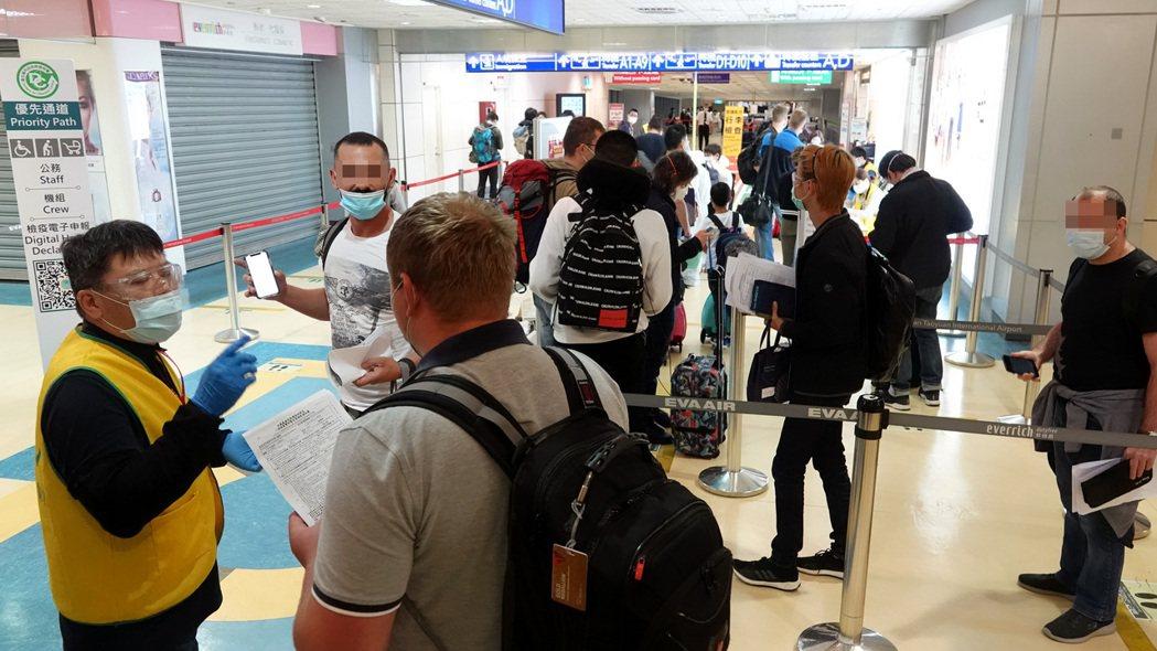 圖為桃園機場外籍旅客入境接受檢疫官審核所申報的檢疫文件情形。 記者陳嘉寧/攝影