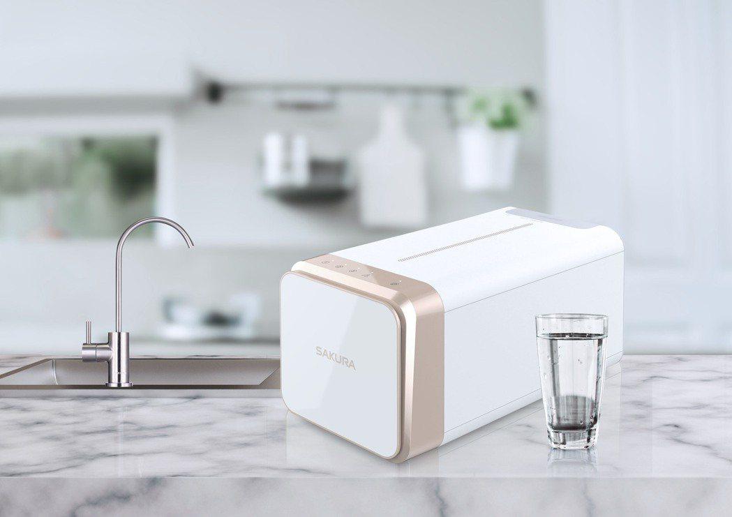 台灣櫻花推出玫瑰金烤漆外觀的「跨世代RO淨水器」,外觀小巧時尚,為廚下節省大量空...