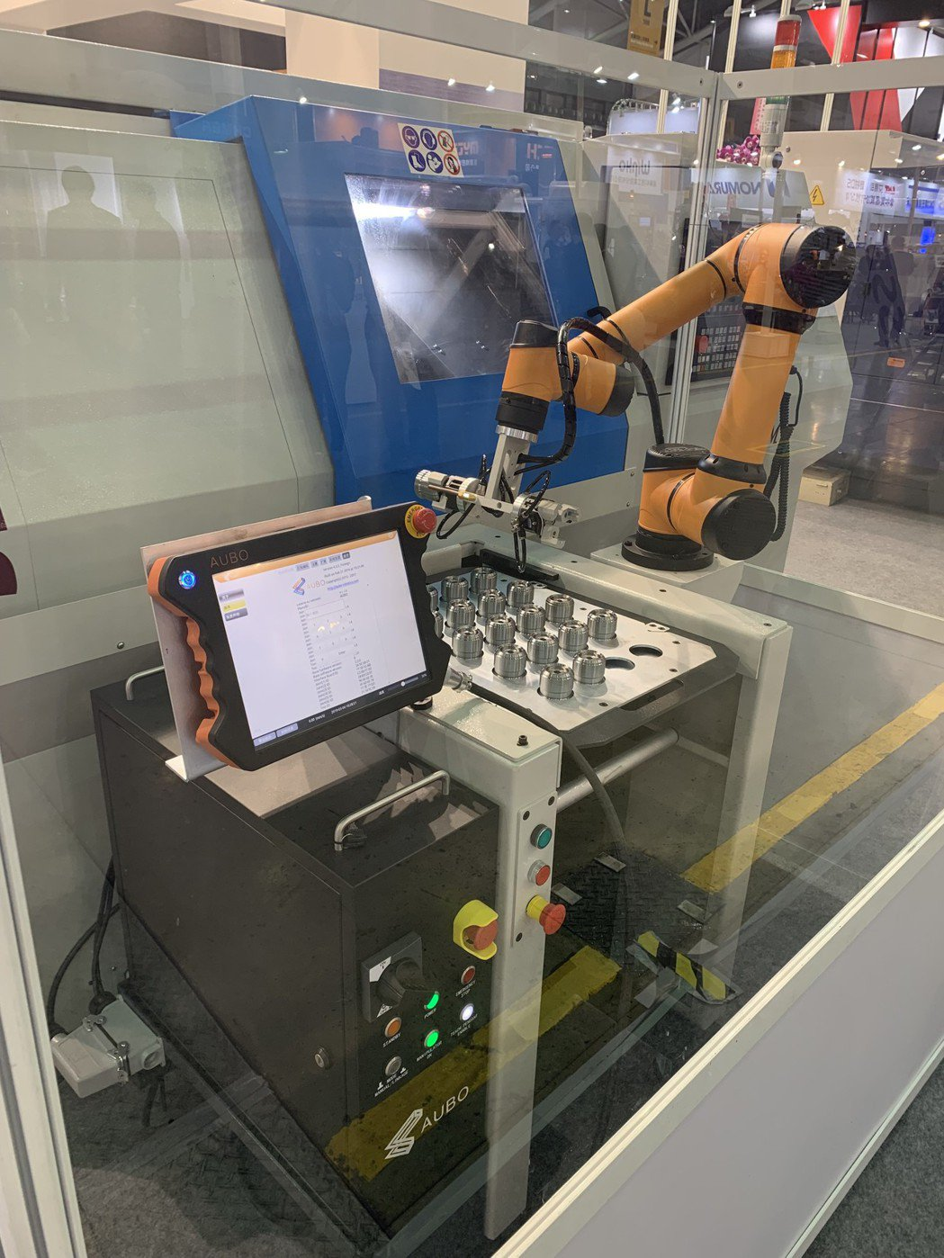 「Pro Loader複合式供料系統」結合了AUBO協作型機器人及輕便型供料臺車...
