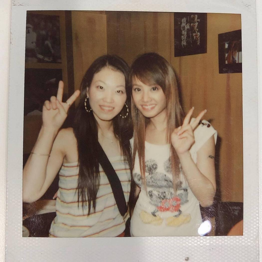 蔡依林與姊姊蔡旻紋的舊照。 圖/擷自蔡旻紋臉書