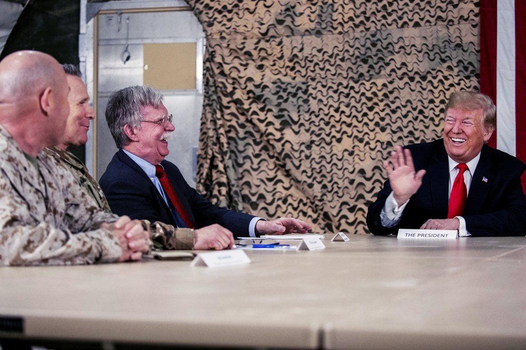 圖為2018年美國總統川普與時任國安顧問波頓在伊拉克阿薩德空軍基地開會。 圖/美...