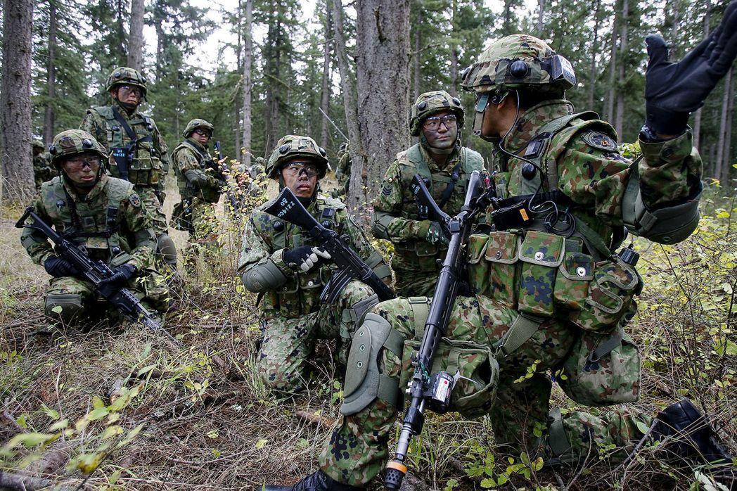 89式突擊步槍的射擊選擇桿位置與結構設計問題,讓射手開保險不順手造成火力空檔,額外增添風險。 圖/日本防衛省