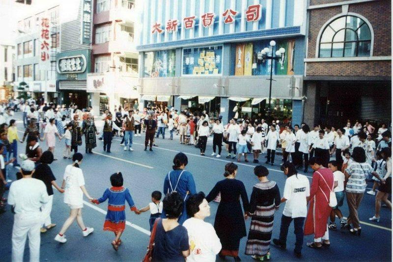 圖為1997年「鹽埕嘉年華」活動,攝於高雄市鹽埕區大勇路。 圖/聯合報系資料照