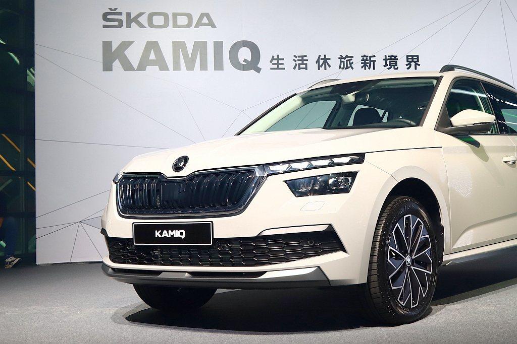 承襲Skoda家族的水晶線條設計概念、車側高腰線之外,Kamiq外型更擁有濃厚的...