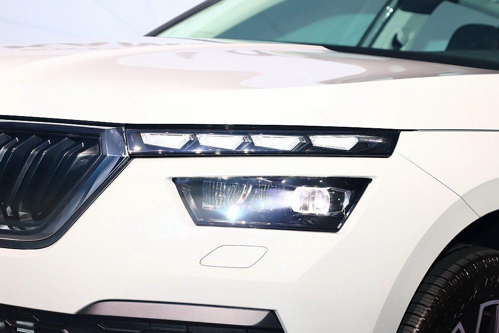 Skoda Kamiq的四顆大LED日行燈所組成的燈眉,豪華版的車型更加入動態序...
