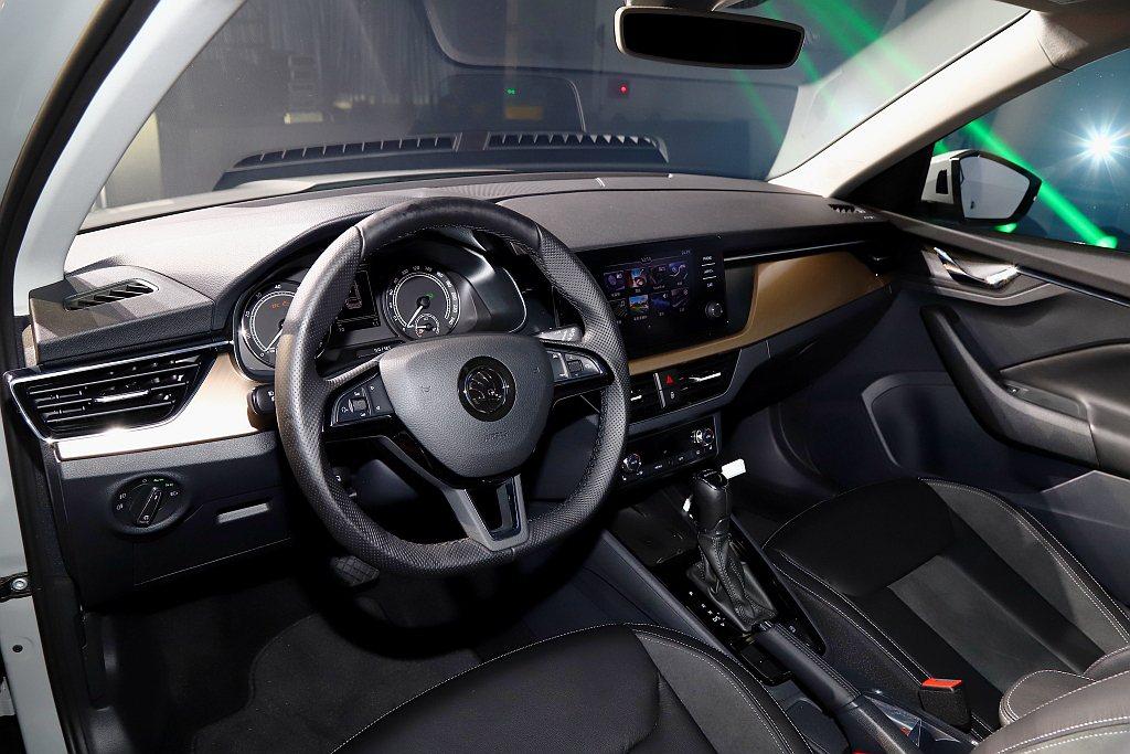 駕駛艙大幅運用高品質軟性材質,提供更佳觸感;正中間的獨立式螢幕清楚而醒目地提供駕...