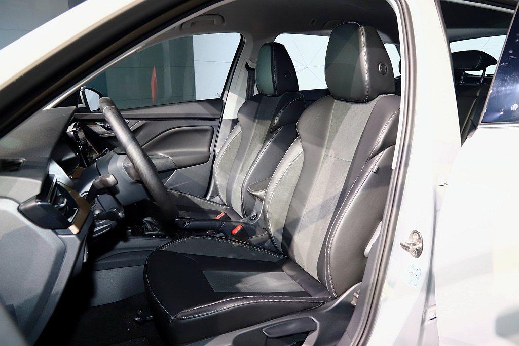 豪華版車型採用黑色Alcantara/真皮/真皮透氣混搭座椅配合類木紋亮面飾板。...