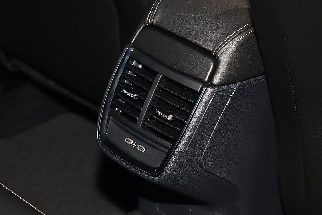 後座出風口、四個USB-C充電插座、駕駛座車門邊傘筒置物空間、電動尾門以及眾多車...