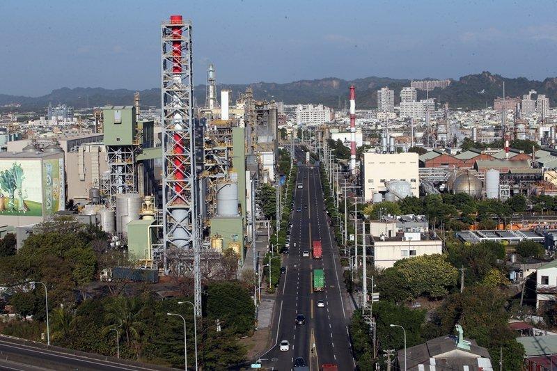 高雄除了要發展核心產業工業,也更要解決工業污染對高雄所造成的問題與傷害, 圖/聯合報系資料照