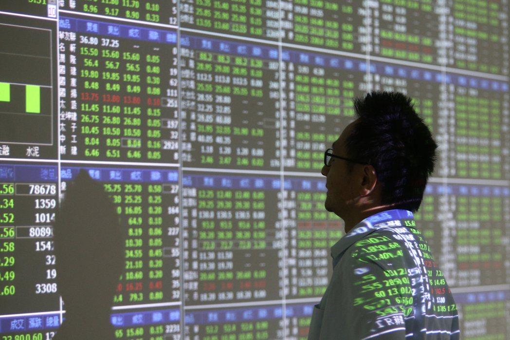 股災,證券行的螢幕一片綠油油。 圖/蘇健忠 攝影