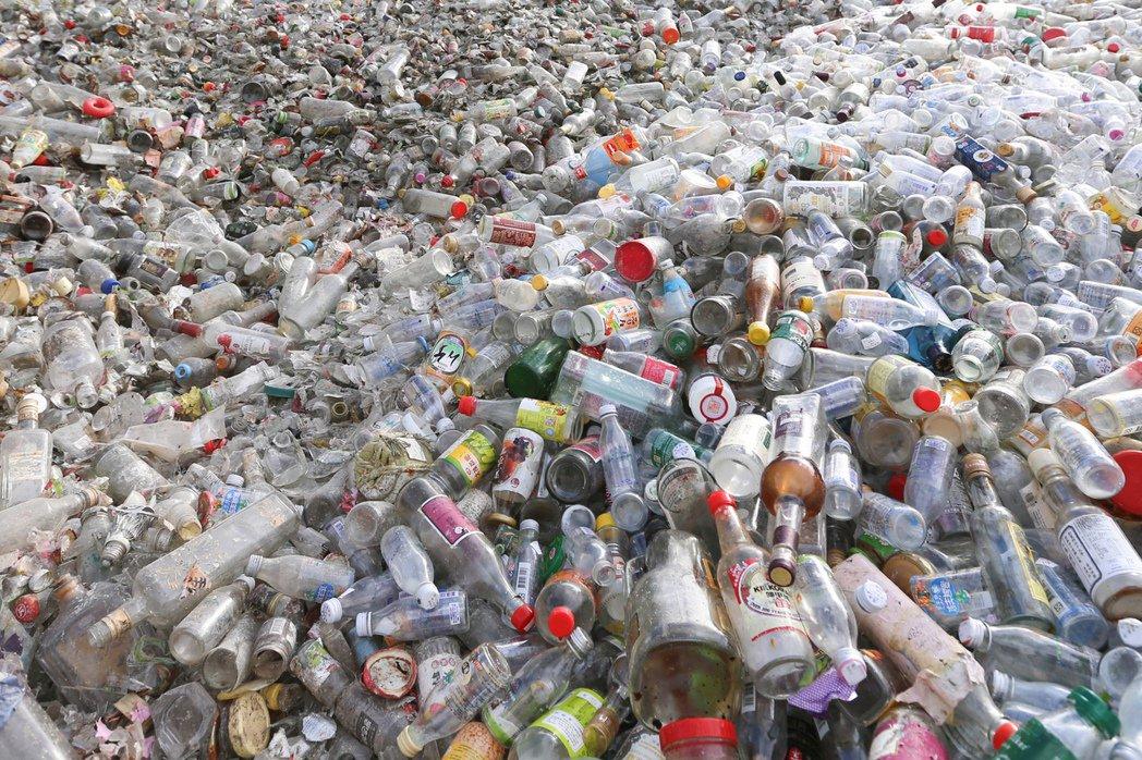 春池綠能玻璃觀光工廠回收玻璃。記者林伯東/攝影