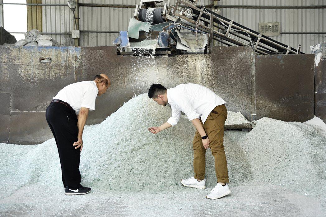 吳春池(左)與吳庭安父子同心協力共創循環經濟。圖/春池玻璃提供、汪德範攝影