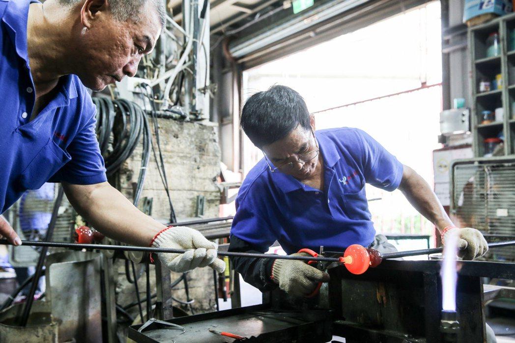 春池綠能玻璃觀光工廠玻璃師傅手工製作玻璃藝術品。記者林伯東/攝影